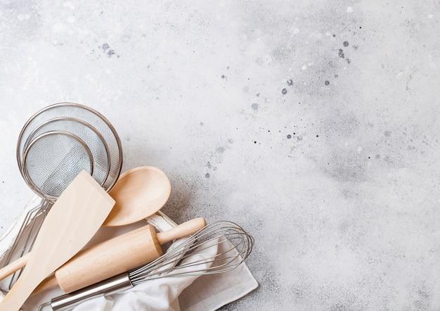 Scatola di utensili da forno. frusta, mesh e spatola in scatola di legno vintage. vista dall'alto. Foto Premium