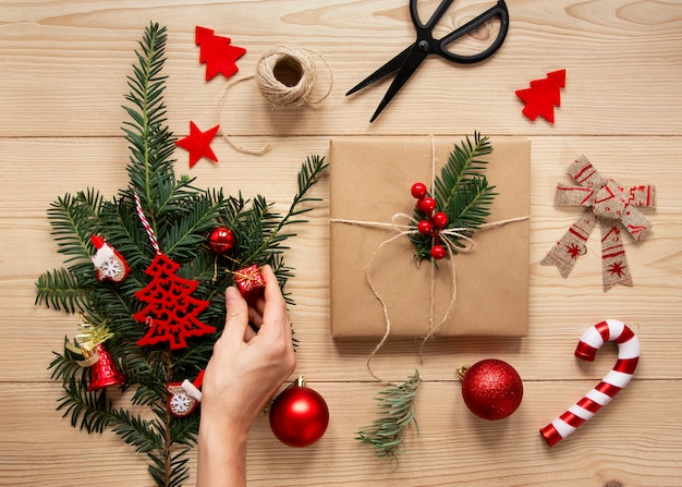 Scatola regalo decorativa e bastoncino di zucchero Foto Gratuite