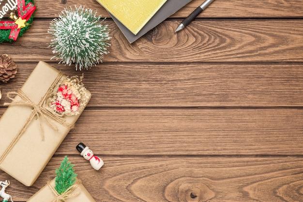 Scatola regalo fai-da-te artigianale e ornamenti natalizi su legno Foto Premium