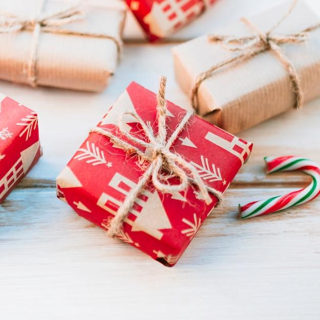 Scatola regalo rosso sul tavolo luminoso Foto Gratuite