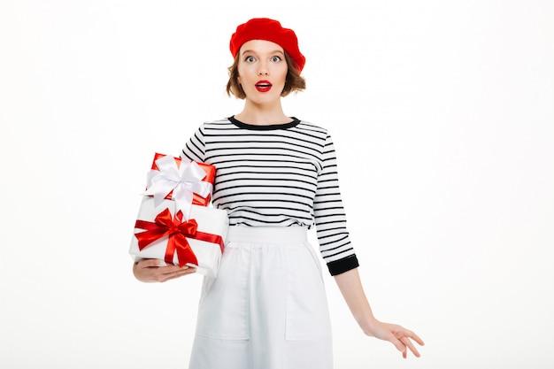 Scatola sorpresa di sorpresa del regalo della tenuta di signora dei giovani. Foto Gratuite