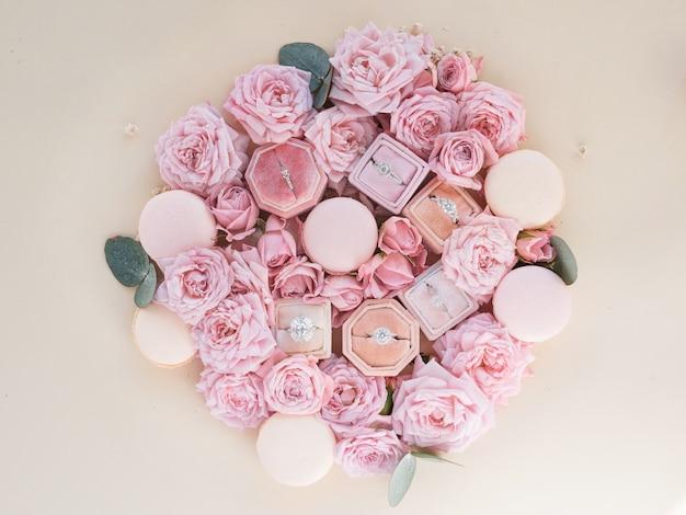 Scatole con anelli si trovano tra i fiori su un tavolo Foto Gratuite