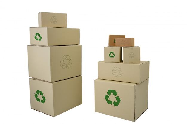 Scatole con riciclare iscriviti a diverse dimensioni impilati scatole isolati Foto Premium