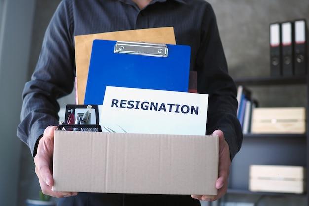 Scatole della stretta dell'uomo d'affari per gli effetti personali e le lettere di dimissioni Foto Premium