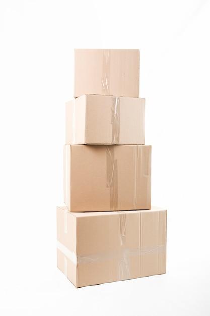Scatole di cartone impilate isolate su fondo bianco Foto Gratuite