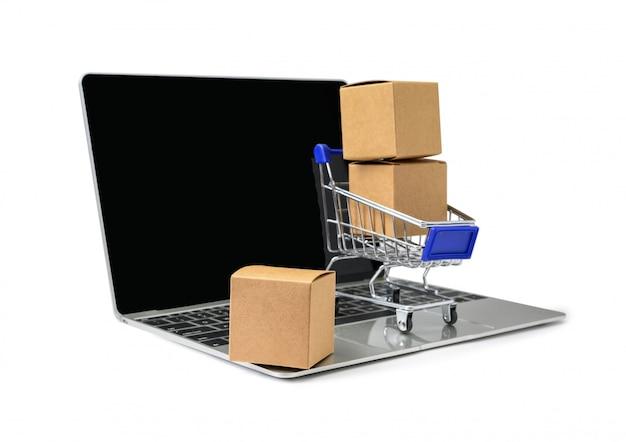 Scatole in un carrello su una tastiera portatile su sfondo bianco Foto Premium