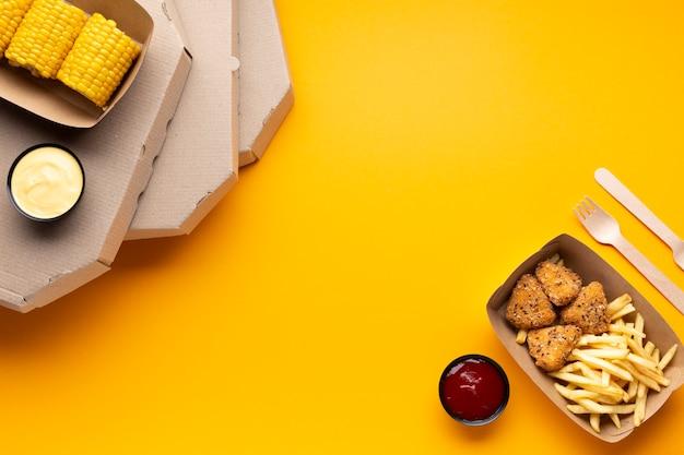 Scatole per pizza vista dall'alto con copia-spazio Foto Gratuite