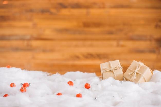 Scatole presenti sulla neve decorativa vicino al muro Foto Gratuite