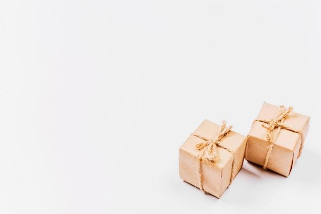 Scatole regalo confezionate in modo classico Foto Gratuite