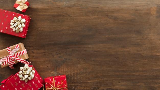 Scatole regalo di natale con fiocchi sul tavolo Foto Gratuite