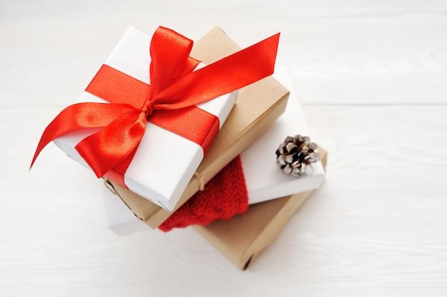 Scatole regalo di natale con pigne Foto Premium