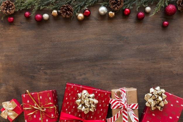 Scatole regalo luminose con palline lucenti Foto Gratuite
