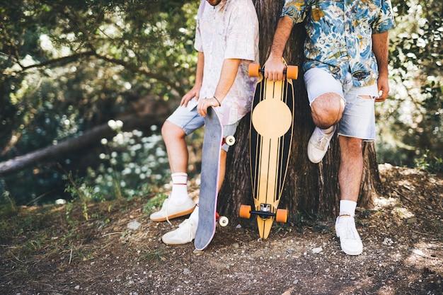 Scatti medi di amici con skateboard Foto Gratuite
