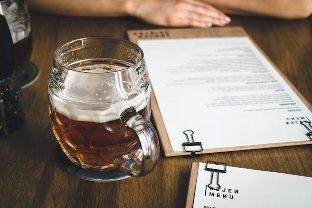 Scegliere dal menu mentre si beve birra Foto Gratuite