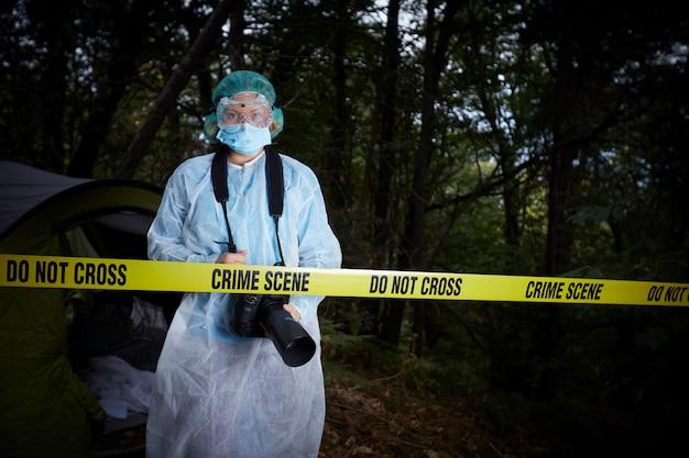 Scena del crimine nel bosco Foto Premium