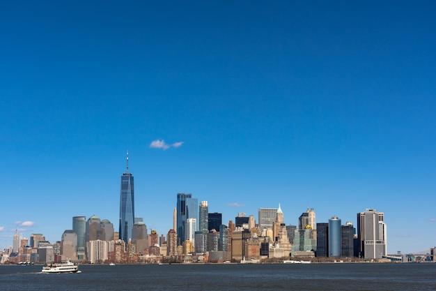 Scena del lato del fiume di paesaggio urbano di new york quale posizione è manhattan più basso Foto Premium