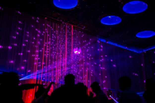 Scena di notte concetto offuscata nella festa di concerto con pubblico silhoette. Foto Premium