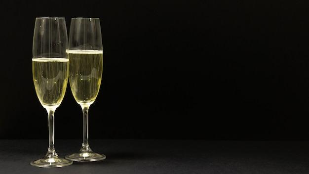 Scena nera con due bicchieri di champagne. Foto Gratuite