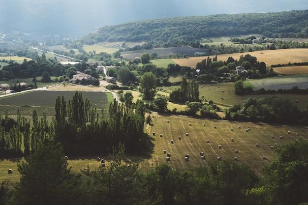 Scenario aereo di un bellissimo villaggio con alberi e pianure Foto Gratuite