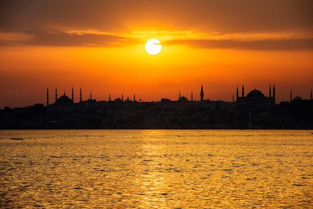 Scenico di alba sopra l'oceano a istanbul in turchia Foto Gratuite