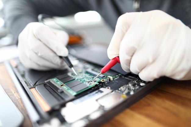 Scheda del computer portatile per saldatura tecnico Foto Premium