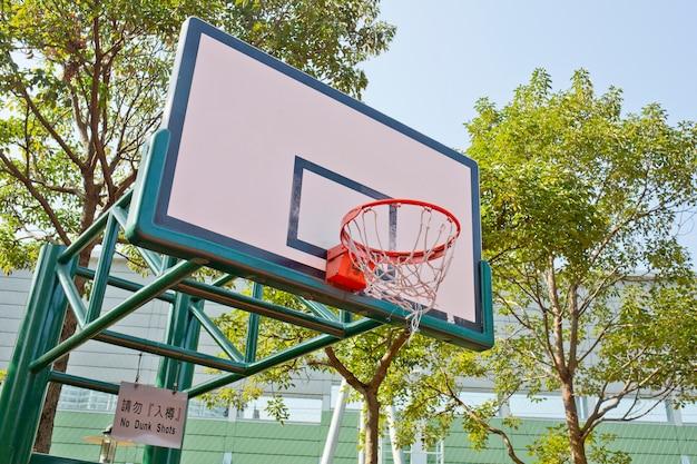 Scheda di pallacanestro sul cielo blu Foto Premium