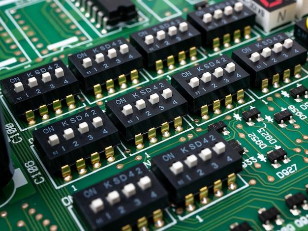 Scheda elettronica ad alta tecnologia (circuito stampato) con tecnologia di processore a microchip Foto Premium