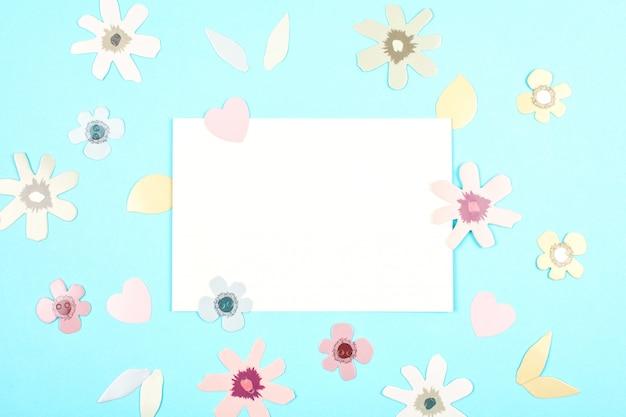 Scheda vuota con la sorgente, decorazione di pasqua sopra backgroung pastello blu Foto Premium