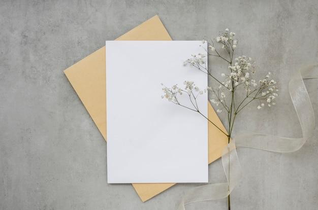 Scheda vuota con vista dall'alto di fiori Foto Gratuite
