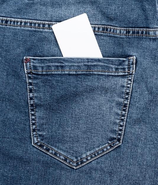 Scheda vuota di carta bianca nella tasca posteriore delle blue jeans Foto Premium