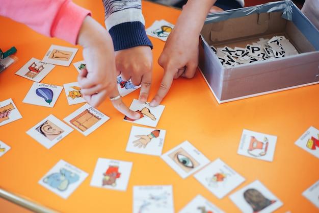 Schede di gioco per studenti con immagini in inglese e numeri Foto Premium