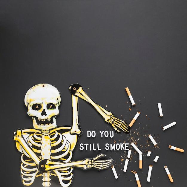 Scheletro di vista dall'alto con le sigarette Foto Gratuite