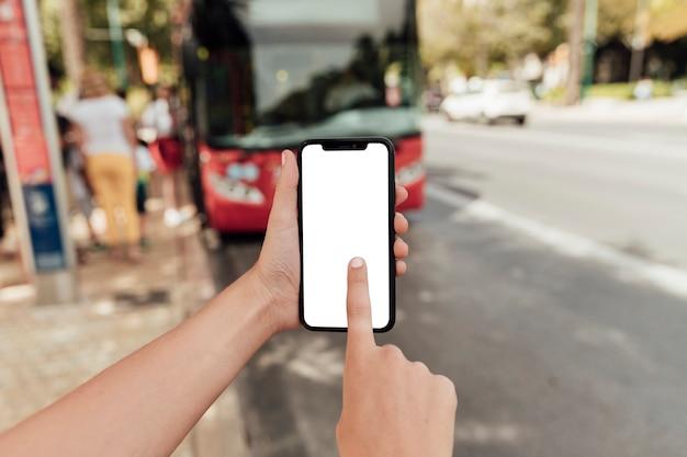 Schermo commovente del telefono del dito del primo piano Foto Gratuite