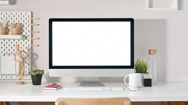 Schermo del desktop computer sullo scrittorio bianco Foto Premium