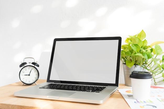 Schermo vuoto del computer portatile del computer su area di lavoro Foto Premium