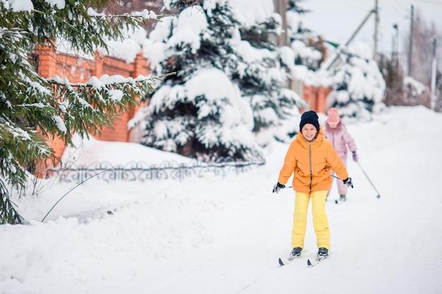 Sci bambino in montagna. sport invernali per bambini. Foto Premium