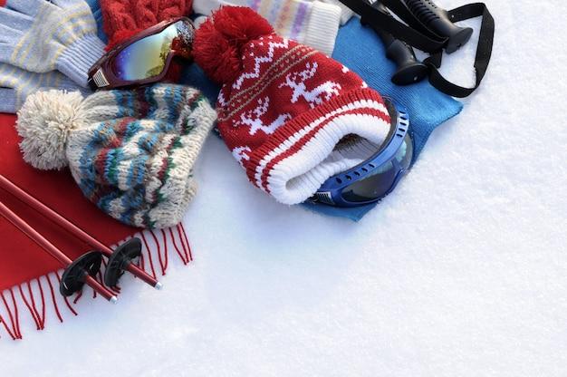 Sci d'inverno e vestiti su neve Foto Gratuite