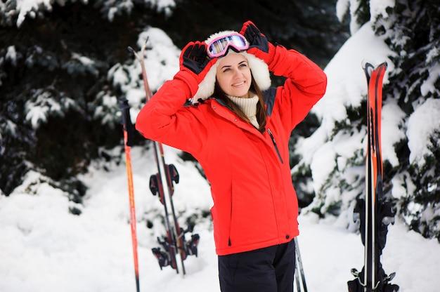 Sciare. scoot di neve nella foresta. sport invernali. ragazza nella foresta di sci invernale. Foto Premium