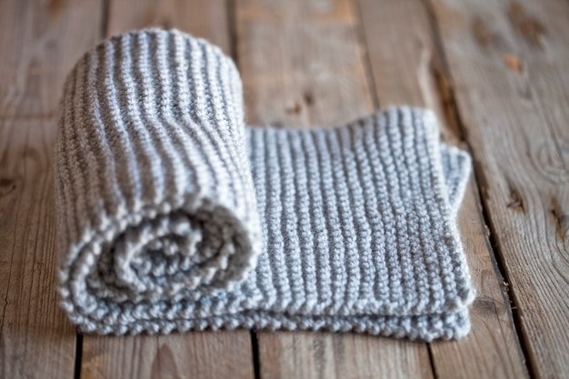 Sciarpa grigia lavorata a mano. Foto Premium
