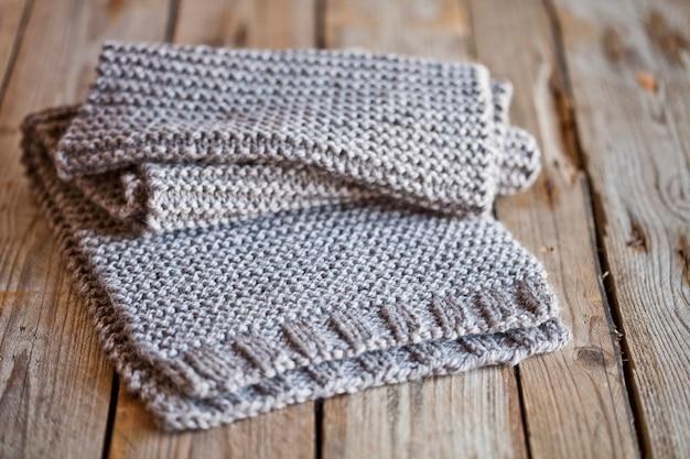 Sciarpa in legno lavorato a maglia beige Foto Premium