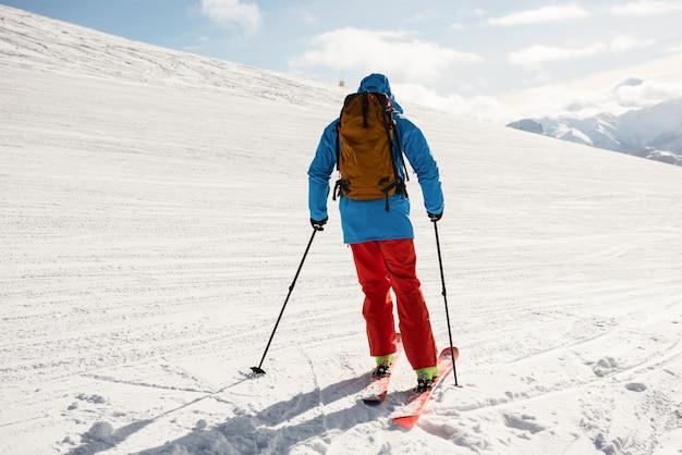 Sciatore che scia sulle montagne innevate Foto Premium