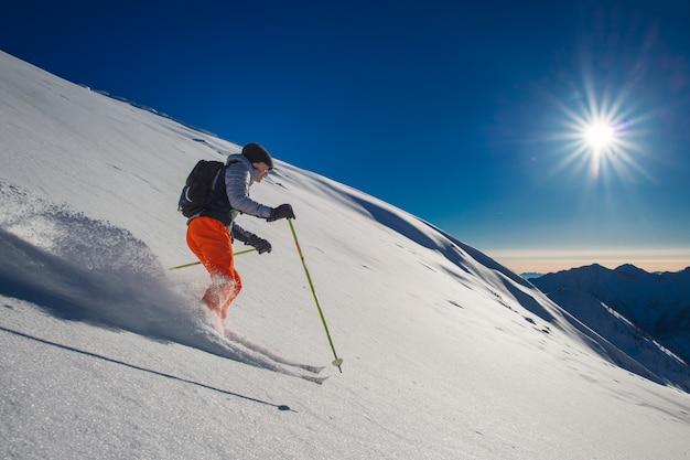Sciatore di backcountry in neve fresca Foto Premium
