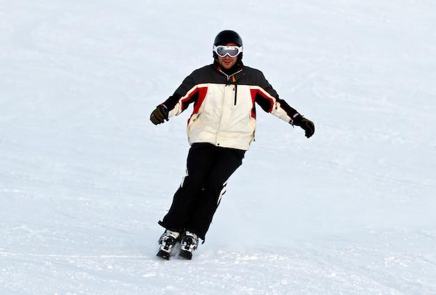 Sciatore in montagna Foto Premium