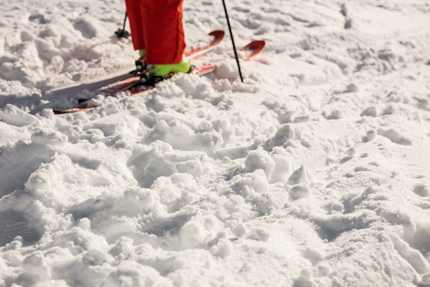 Sciatore su montagne innevate Foto Premium