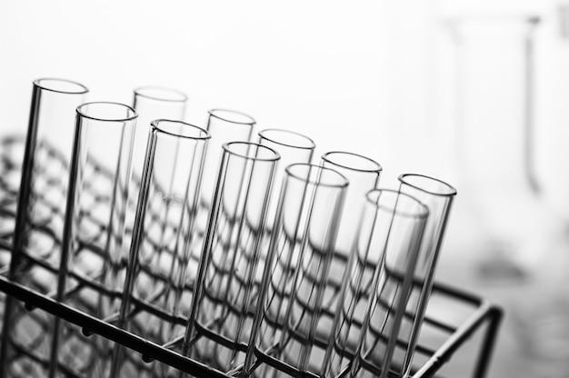 Scienza tubi disposti sullo scaffale Foto Gratuite