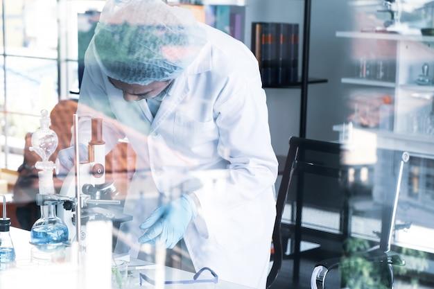 Scienziati che lavorano in laboratorio Foto Premium
