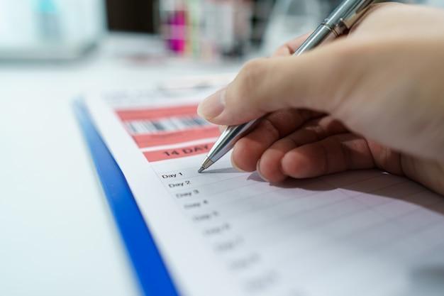 Scienziati scrivono informazioni sull'analisi del sangue. processo di test del coronavirus. Foto Premium