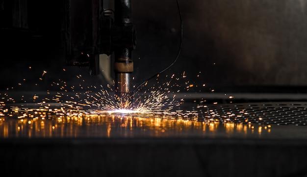 Scintilla a cnc a laser con piastra tagliata Foto Premium