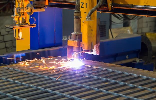 Scintille di metallo. taglio laser e plasma industriale di lamiera d'acciaio Foto Premium
