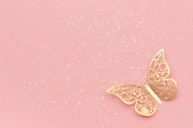 Scintillio delle scintille e farfalla del tracery dell'oro su priorità bassa d'avanguardia pastello dentellare. Foto Premium
